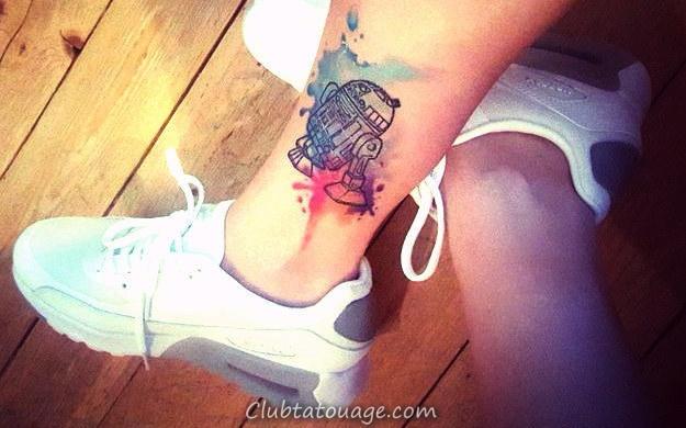 Tattoo connaisseur RD-D2 dans le mollet d'un jeune