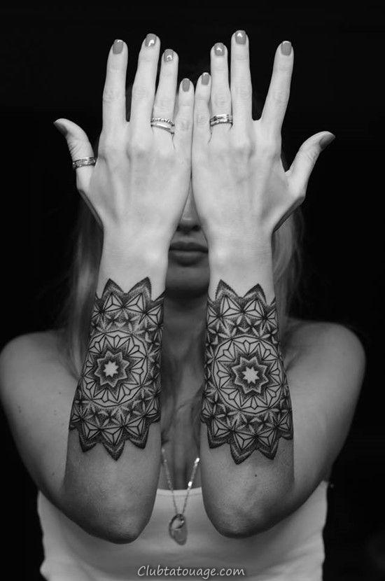 Nous voyons un tatouage de mandala sur une fille, le tatouage est délicat et tatouage féminin