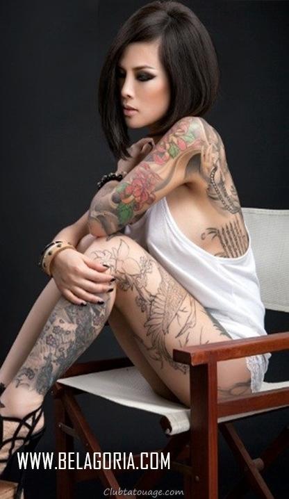on voit une femme assise asiatica, voyons ses côtes un tatouage thaï