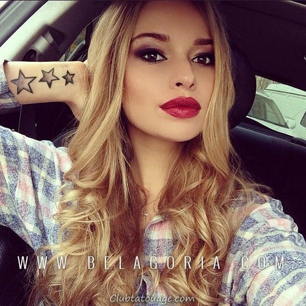 fille asiatique assis sur la rue, on voit des tatouages trois étoiles sur sa jambe