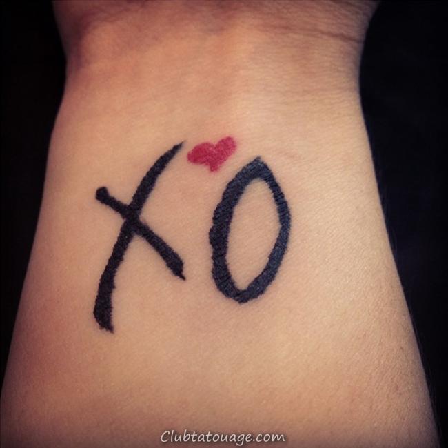 tatouage symbole XOXO, une idée tatouage original d'amis