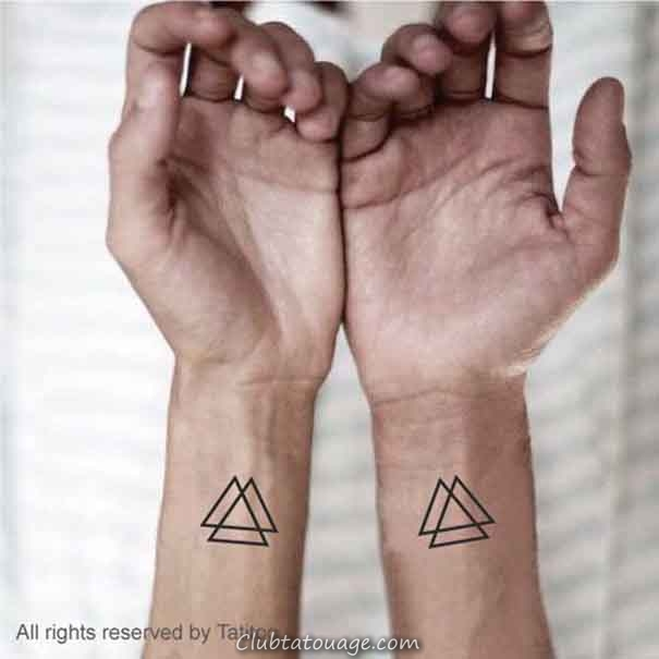 triangle de tatouage sur le poignet