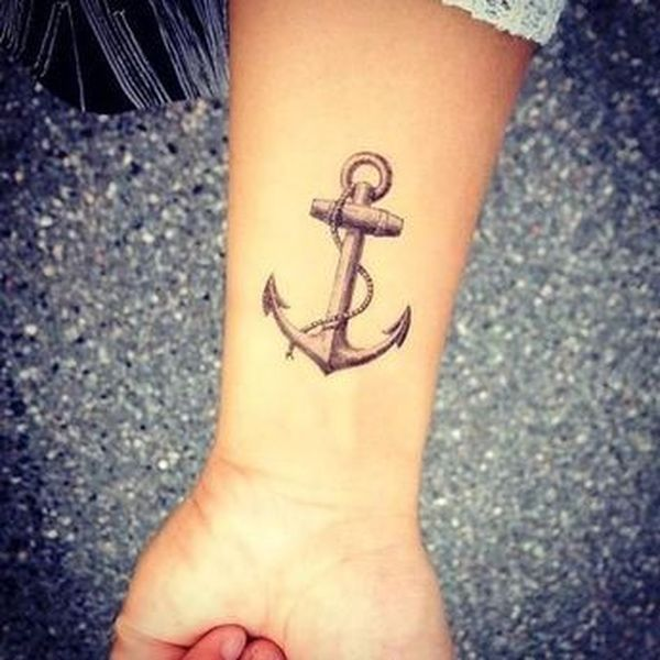 Ancrage de petits tatouages dans la main