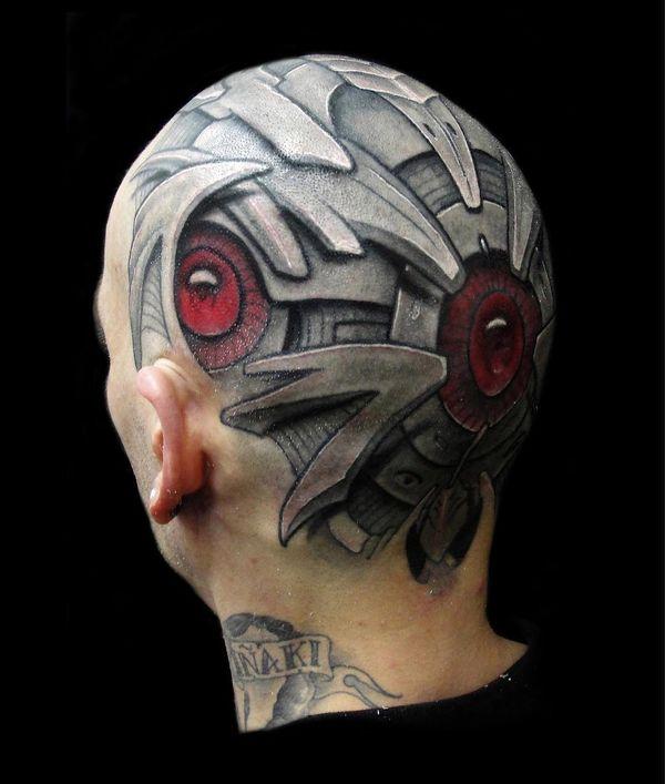Tatouage bionique sur la tête