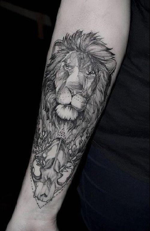 Tatouage de crâne de lion sur l'avant-bras dans un style graphique