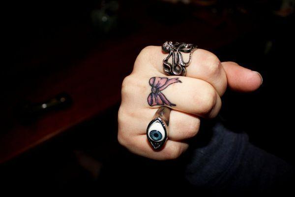 Les tatouages de doigt fabuleux qui sont incroyablement populaires