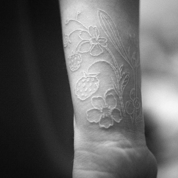 Tatouages subtils et délicats à l'encre blanche