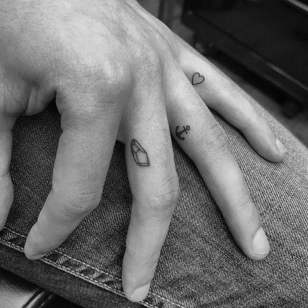 Plus de 60 idées brillantes de tatouages de doigt avec des significations