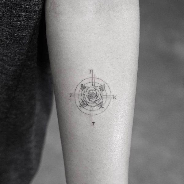 Tatouages de roses sur les manches de bras, les épaules et d'autres parties du corps