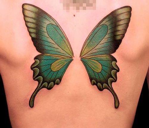 Fille avec des ailes de papillon