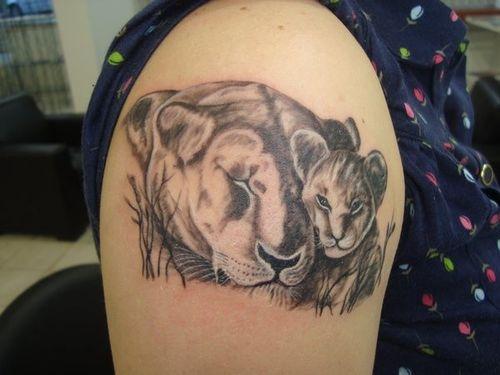 30 meilleures conceptions et significations du tatouage de lion et de chiot avec des images