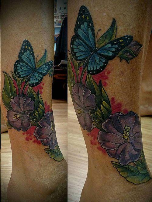 Papillon bleu parmi les fleurs