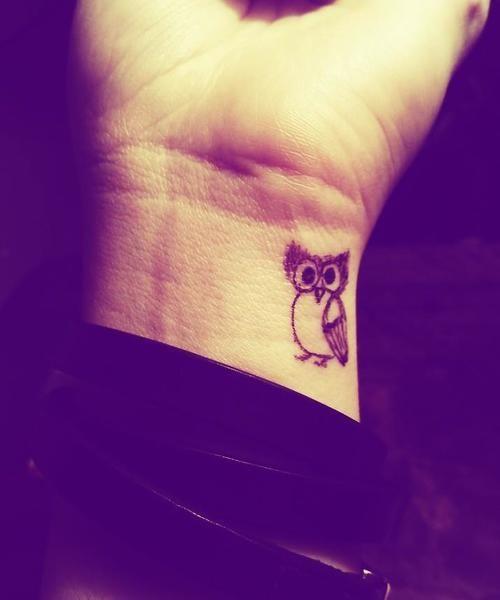 2 - hibou de tatouage sur le poignet
