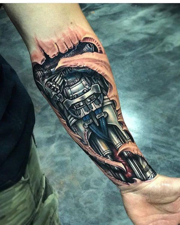 Tatouages mécaniques sur l'avant-bras