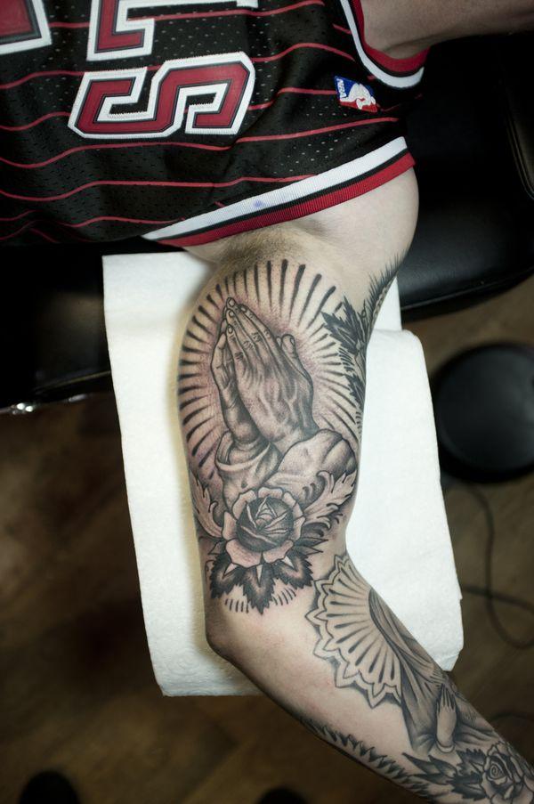 Meilleures idées de tatouage de mains en prière