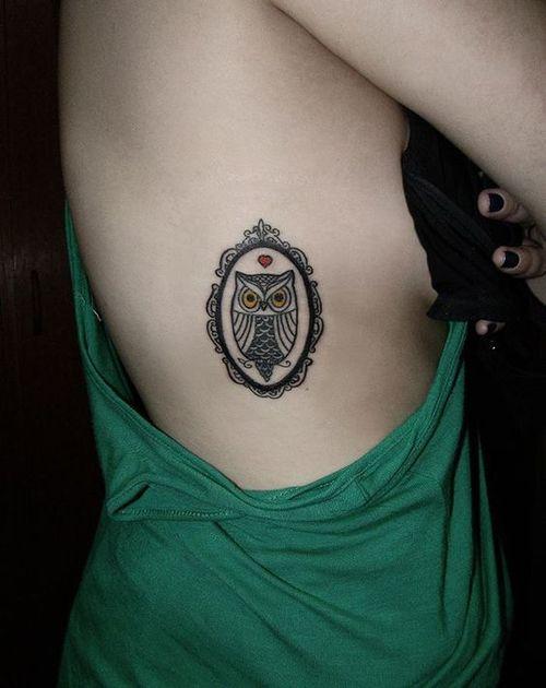 7 - petit tatouage de hibou sur le côté du corps
