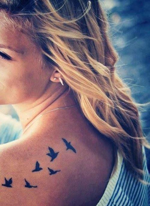 cinq petits oiseaux tatoo sur l'épaule