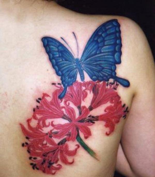 tatouage de papillon avec des fleurs 1