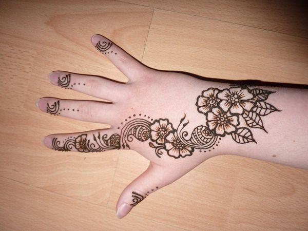 Finger Tattoos 101: Dessins, types, significations et conseils de suivi