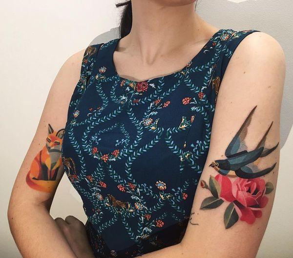 Beaux tatouages roses avec un oiseau