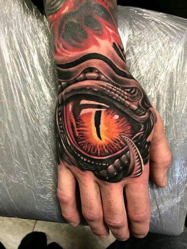 Tatouage biomécanique de la main avec un oeil