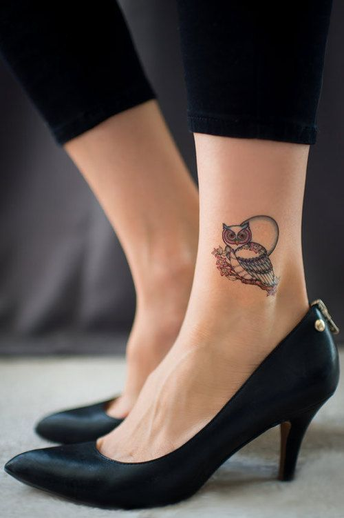 3 - petit tatouage hibou sur la cheville