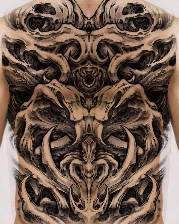 Tatouages bioniques qui couvrent le dos