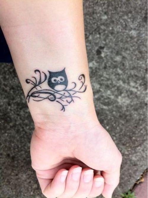 5 - petit tatouage hibou au poignet