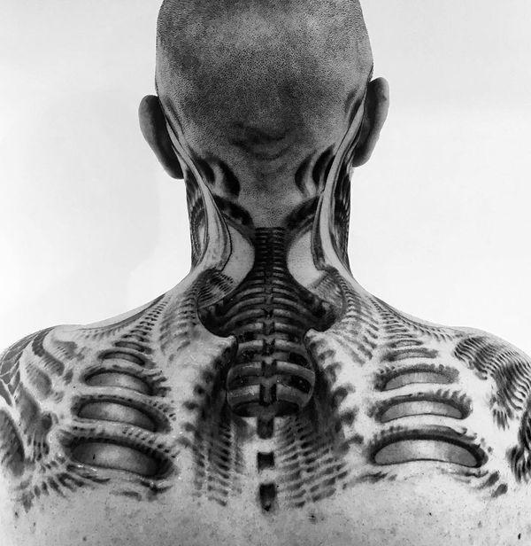 Tatouage de cou biomécanique