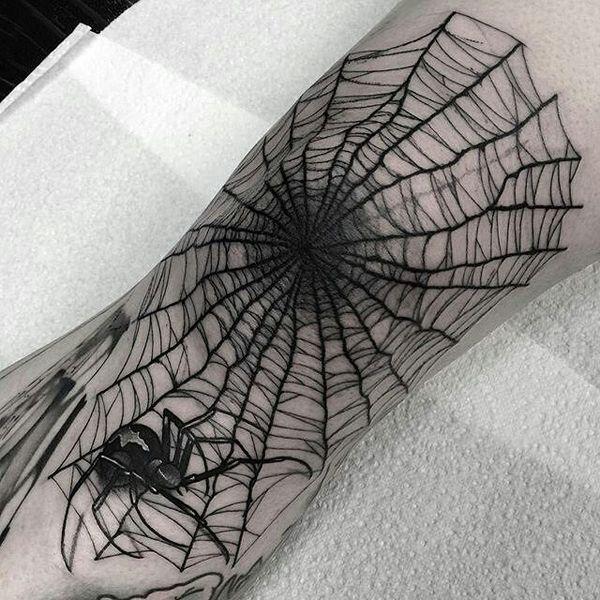 Tatouage de toile d'araignée sur le coude