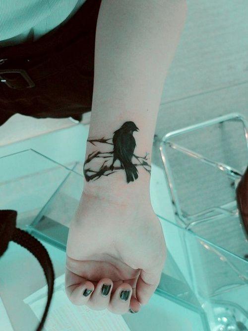 40 tatouages de petits oiseaux sur différentes parties du corps