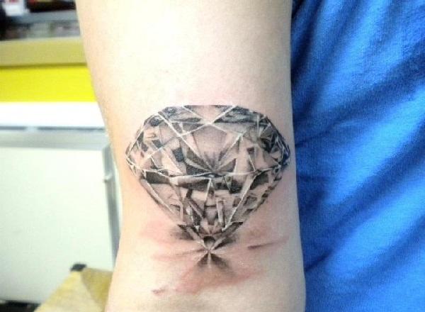 Belles conceptions et significations de tatouage de diamant