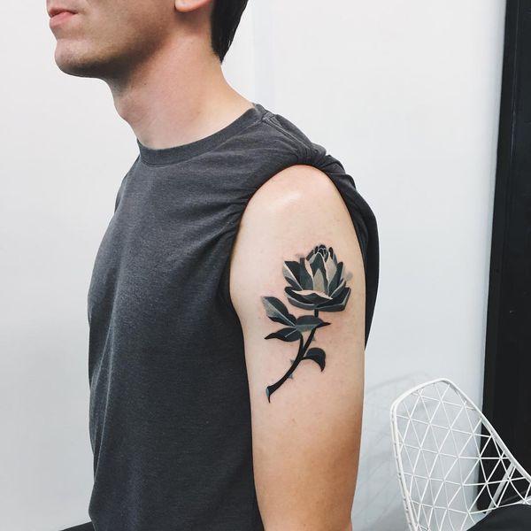 Tatouages de roses noires et grises dans un style graphique
