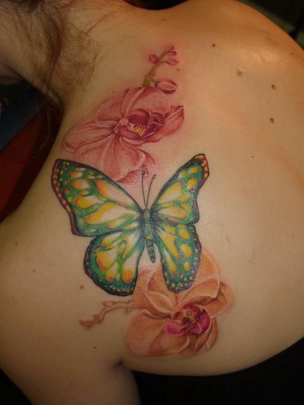 tatouage de papillon avec des fleurs