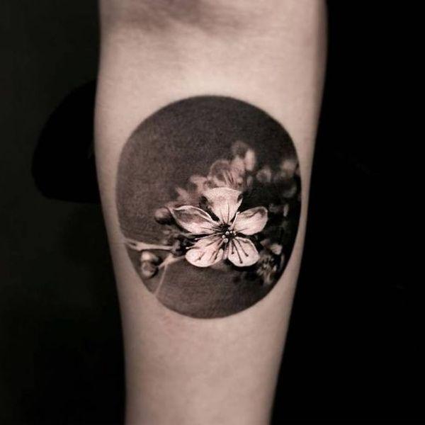 Tatouage de fleur de cerisier japonais